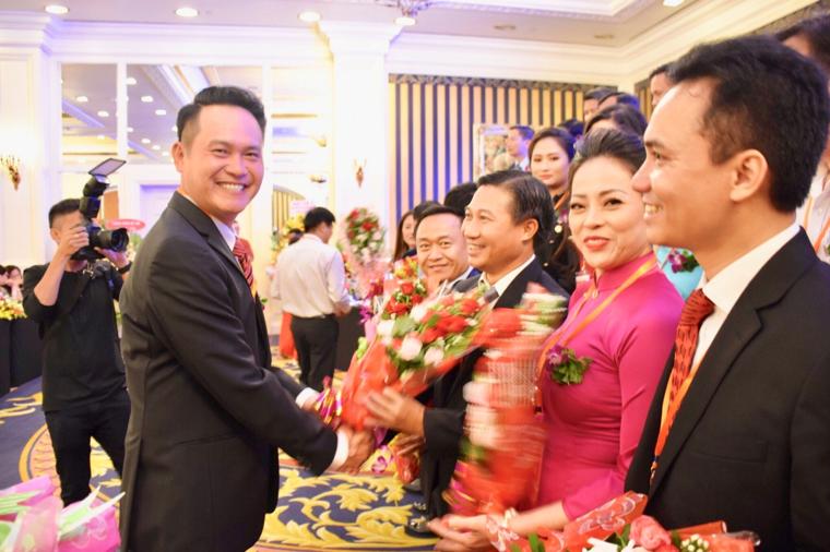 Ông Đặng Hồng Anh, Chủ tịch Hội DNT Việt Nam tặng hoa cho ông Lê Đình Thắng, tân Chủ tịch Hội DNT tỉnh BR-VT.