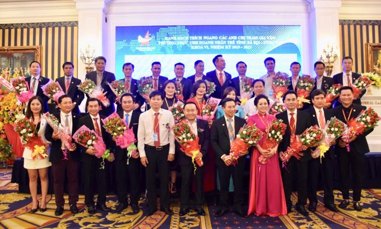 Ban chấp hành Hội DNT tỉnh khóa VI chụp hình lưu niệm với lãnh đạo tỉnh.