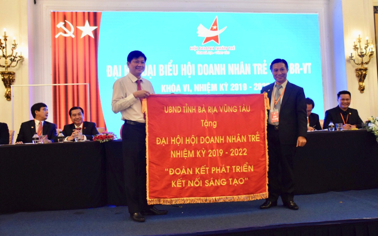 Đồng chí Trần Văn Tuấn, Phó Chủ tịch UBND tỉnh tặng bức trướng cho Hội DNT tỉnh.